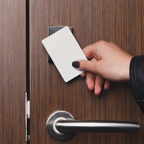 Abra portas apenas com um toque: fechadura eletrônica por cartão de aproximação